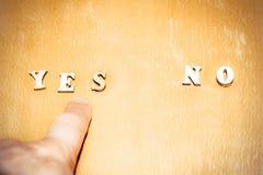 Il dito di una persona indica la parola SÌ, il concetto della scelta e la giusta decisione immagine stock libera da diritti