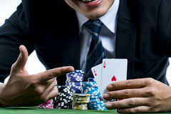Il dito di uso del giocatore della mazza che indica un paio degli assi e della tenuta Fotografie Stock Libere da Diritti