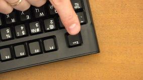 Il dito indice preme il bottone di ESC sulla tastiera video d archivio