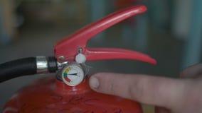 Il dito mostra che pressione dovrebbe essere nell'estintore, fine su video d archivio