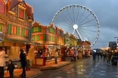 Il divertimento brillantemente acceso Colourful alloggia il paese delle meraviglie dell'inverno della ruota di ferris Fotografia Stock Libera da Diritti