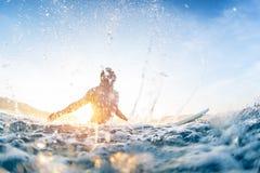 Il divertimento degli abbienti del surfista e fa l'acqua spruzza Immagini Stock
