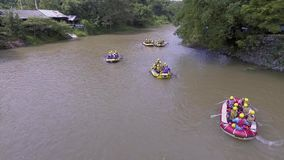 Il divertimento del rafting video d archivio