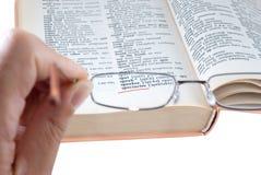 Il dizionario e gli occhiali fotografia stock libera da diritti