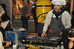 Il DJ alla passeggiata 2015 dello zombie di Toronto e Halloween sfoggiano immagine stock libera da diritti