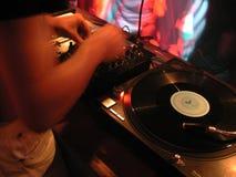 Il DJ alle piattaforme girevoli Immagine Stock