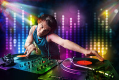 Il DJ che gioca le canzoni in una discoteca con lo spettacolo di luci Fotografia Stock
