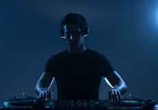 Il DJ che gioca musica. Fotografie Stock Libere da Diritti