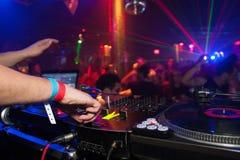 Il DJ che incita folla a ballare Immagini Stock