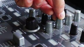 Il DJ che lavora con la mescolanza di suoni consola video d archivio