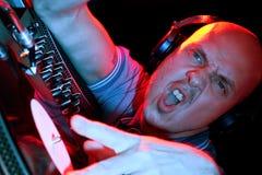 Il DJ che oscilla la folla Fotografie Stock