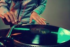 Il DJ che per mezzo dell'attrezzatura fotografia stock