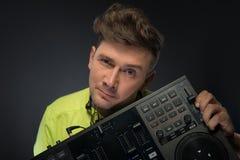 Il DJ che posa con il miscelatore Fotografie Stock Libere da Diritti