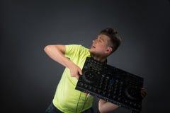 Il DJ che posa con il miscelatore Immagine Stock
