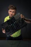 Il DJ che posa con il miscelatore Immagine Stock Libera da Diritti