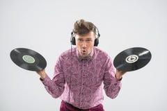 Il DJ che posa con l'annotazione di vinile Fotografie Stock