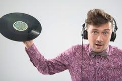 Il DJ che posa con l'annotazione di vinile Fotografia Stock