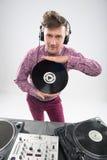 Il DJ che posa con l'annotazione di vinile Immagine Stock