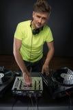 Il DJ che posa con la piattaforma girevole Fotografia Stock Libera da Diritti