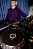 Il DJ che si distende in un locale notturno Immagine Stock Libera da Diritti