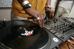 Il DJ che spining il record Fotografia Stock