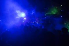 Il DJ che utilizza sintonizzatore Make Musics nel festival Immagini Stock