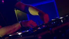 Il DJ che utilizza sintonizzatore Make Musics nel festival Fotografia Stock