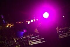 Il DJ che utilizza sintonizzatore Make Musics nel festival Fotografie Stock Libere da Diritti