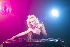 il DJ con il mucchio delle annotazioni di vinile Fotografie Stock