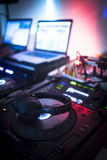 Il DJ consola il night-club del partito di musica della casa di Ibiza dello scrittorio di miscelazione Fotografie Stock Libere da Diritti