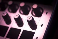 Il DJ consola il night-club del partito di musica della casa di Ibiza dello scrittorio di miscelazione Immagini Stock