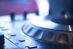 Il DJ consola il night-club del partito di musica della casa di Ibiza dello scrittorio di miscelazione Immagine Stock