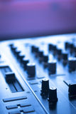 Il DJ consola il night-club del partito di musica della casa di Ibiza dello scrittorio di miscelazione Fotografia Stock