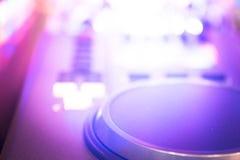 Il DJ consola il night-club del partito di musica della casa di Ibiza dello scrittorio di miscelazione Immagine Stock Libera da Diritti