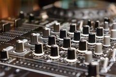 Il DJ consola il partito di musica della casa di Ibiza dello scrittorio di miscelazione del deejay del CD mp4 in night-club Fotografie Stock