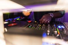 Il DJ consola la miscelazione Fotografie Stock Libere da Diritti