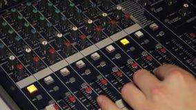Il DJ dietro la console, in scena, piste mescolantesi nell'effetto stroboscopico del partito di ballo e lampeggiante atmosferici archivi video