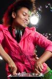 Il DJ freddo dietro il miscelatore immagine stock