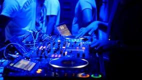 Il DJ fresco dietro le piattaforme girevoli archivi video