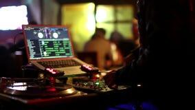 Il DJ fresco nella barra archivi video