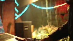 Il DJ fresco nella barra video d archivio