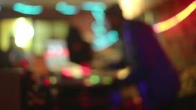 Il DJ fresco nella barra stock footage