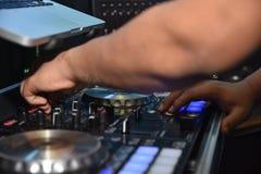 Il DJ gioca con la tavola di miscelazione Fotografia Stock