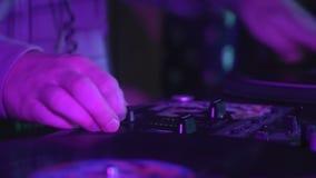 Il DJ gioca il vinile stile del hip-hop di turntablism video d archivio