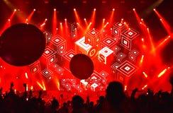 Il DJ ha perso la mescolanza di frequenze in tensione sulla fase Fotografia Stock Libera da Diritti