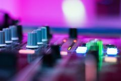 Il DJ mescola la pista fotografie stock