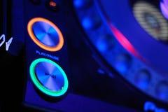 Il DJ mescola la pista nel locale notturno Fotografia Stock