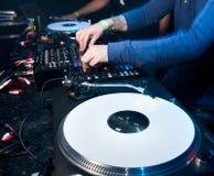 Il DJ mescola la pista nel locale notturno Fotografia Stock Libera da Diritti