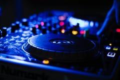 Il DJ nell'azione che gioca musica immagine stock libera da diritti