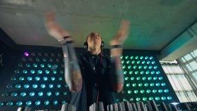 Il DJ ostenta la sua abilità video d archivio